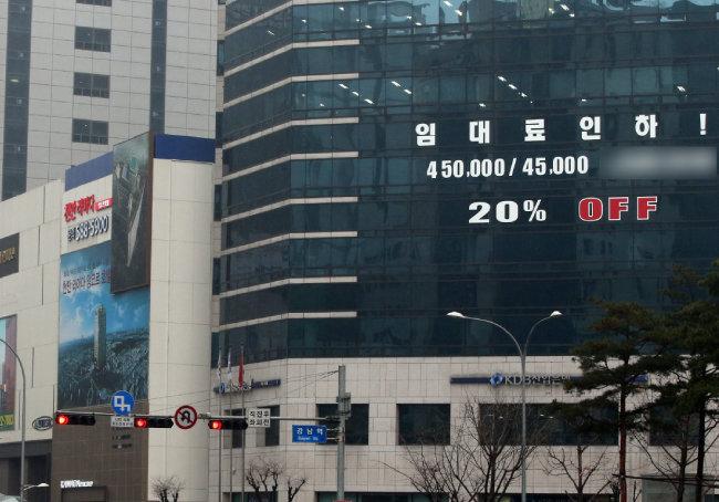 최근 임대료를 주변 시세의 절반 정도로 낮춘 서울 서초구의 한 고층 빌딩. [김경제 동아일보 기자]