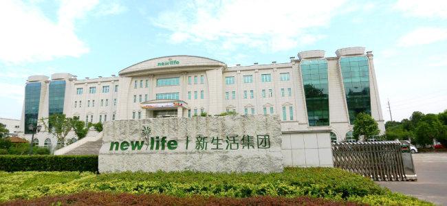 충북 영동 출신인 안봉락 회장은 1994년 중국에 진출해 화장품 제조 판매로 시작, 뉴라이프그룹을 연 매출 4조 원의 기업으로 키워냈다.