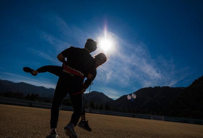 씨름은 두 선수의 살과 살이 닿아야 진행되는 스포츠다. 세계 곳곳에도 비슷한 모양새의 격투와 몸짓이 이름을 달리해 존재한다.