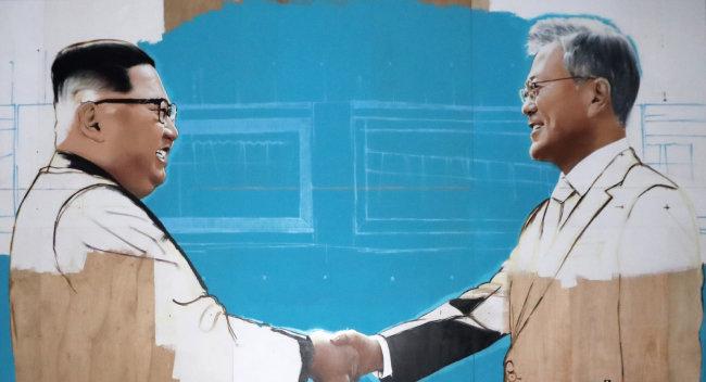 2018년 12월 7일 청와대 사랑채 앞에 문재인 대통령과 김정은 북한 국무위원장의 모습이 담긴 그림 작품이 설치됐다. [뉴시스]