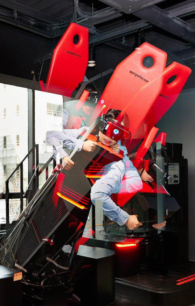 다양한 전자 장비를 착용하고 각양각색의 VR게임을 즐기는 사람들.
