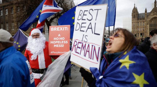 2018년 12월 11일 영국 런던에서 브렉시트에 찬성하는 시민들이 시위를 벌이고 있다. 합의안이 부결돼 브렉시트가 번복되는 상황을 우려하는 이들은 '(테리사) 메이 총리가 영국을 배반하지 못하게 하라'는 피켓까지 들고 거리에 나섰다. [AP=뉴시스]