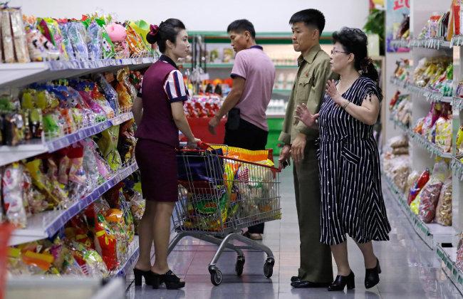 평양의 한 마트에서 시민들이 쇼핑을 하고 있다. [AP=뉴시스]
