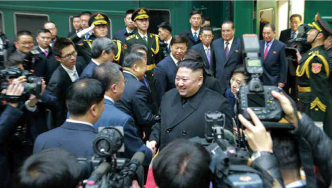 북한 노동신문은 1월 10일 김정은 국무위원장이 시진핑 중국 국가주석 초청으로 1월 7일부터 10일까지 중국을 방문한 사실을 보도했다. [노동신문]