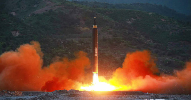 북한의 중장거리탄도미사일 화성-12형. [동아DB]