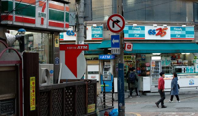 편의점 출점을 제한하는 업계의 자율규약이 18년 만에 부활한 2018년 12월 4일 서울 서대문구 신촌 거리에 편의점들이 영업하고 있다.