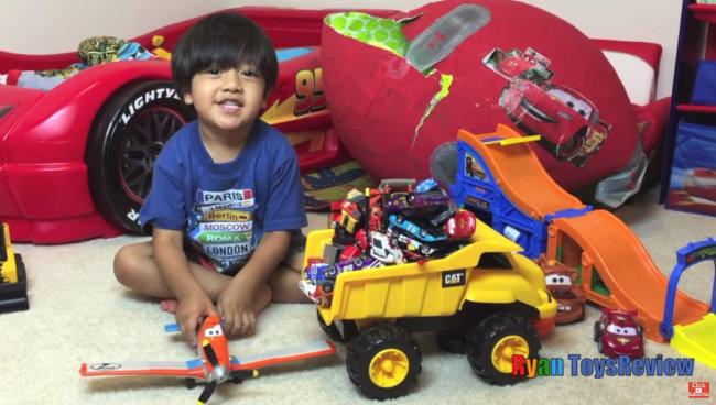 '2018년 돈을 가장 많이 번 유튜브 스타'에 꼽힌 8세 유튜버 라이언이 장난감 비행기를 가지고 놀고 있다. [유튜브 캡처]