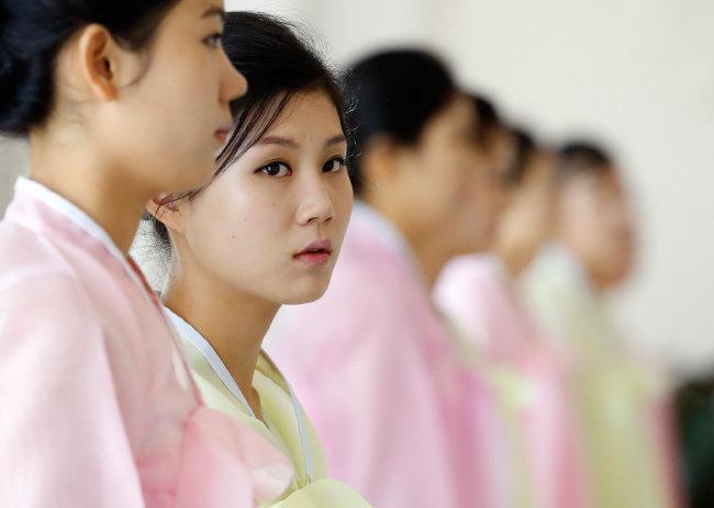 2018년 9월 19일 문재인 대통령이 북한 평양을 방문했을 당시 옥류관 직원의 모습. 또렷한 눈화장이 인상적이다. [평양사진공동취재단]