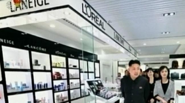 2013년 4월 북한 김정은 국무위원장(당시 노동당 제1비서)이 부인 이설주와 함께 개업을 앞둔 주민편의시설 '해당회관' 시설을 둘러보고 있다. 김정은 위로 한국 화장품 'LANEIGE' 상표가 눈길을 끈다.