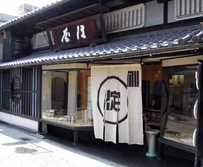 일본은 오랫동안 헌신적으로 일한 직원에게 같은 상호의 점포를 열게 해주는 노렌와케 전통을 갖고 있다. [위키피디아]
