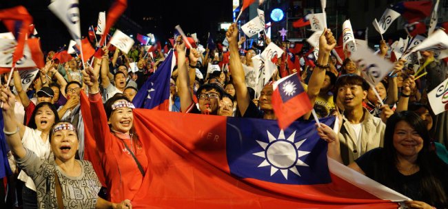 대만 지방선거가 치러진 2018년 11월 24일 가오슝 지역 시민들이 환호하고 있다. [AP]