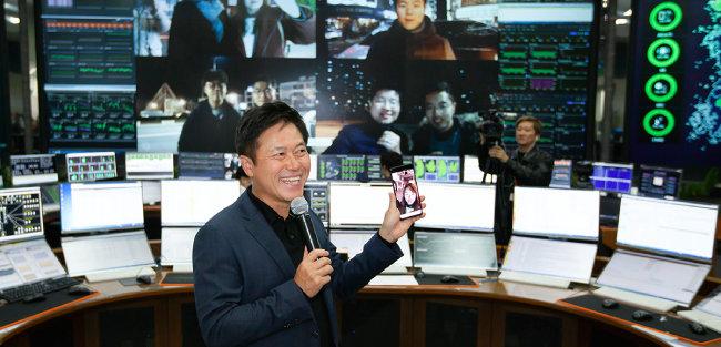 지난해 12월 1일 삼성전자 5G 스마트폰 시제품으로 통화를 하고 있는 박정호 SK텔레콤 사장. [사진 제공·SK텔레콤]