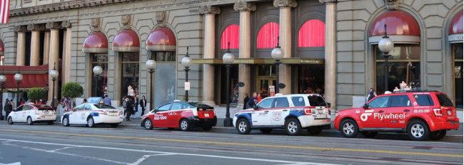 미국 샌프란시스코 유니언스퀘어 옆 한 호텔 정문 앞에 늘어선 택시들.