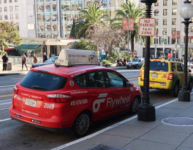 필자를 내려준 빨간 택시. 도심 택시 대기 장소에서 손님을 기다리고 있다.
