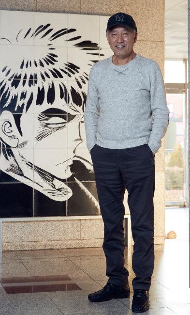 만화가 이현세 씨가 자신의 페르소나 까치 그림 앞에 섰다. [홍중식 기자]