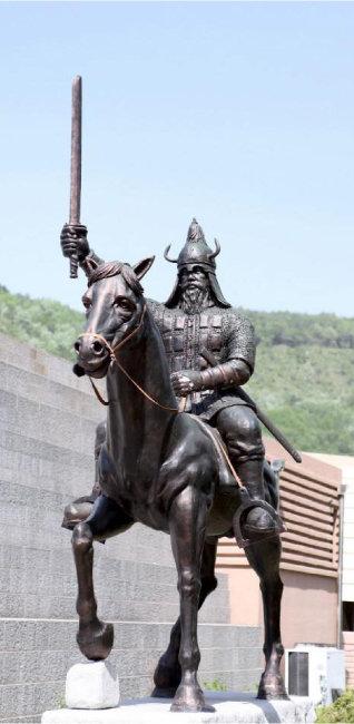 충북 단양 온달관광지에 있는 온달장군 동상. [동아DB]