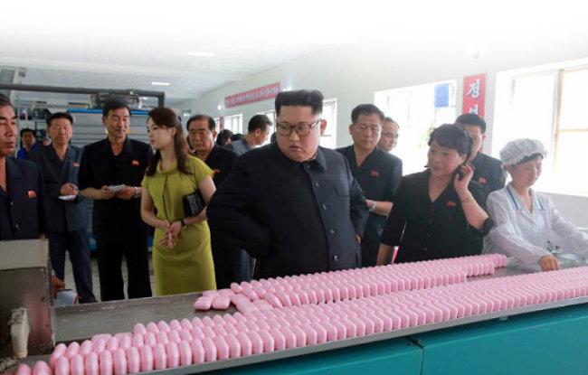 2018년 7월 김정은 국무위원장이 신의주화장품 공장을 방문해 제품의 질을 높일 것을 주문했다고 노동신문이 보도했다.