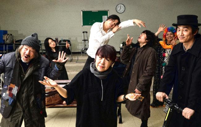 연출가 김아라(가운데)와 '노숙자' 역을 맡은 정동환(왼쪽)이 배우들과 연습을 하고 있다. [박해윤 기자]