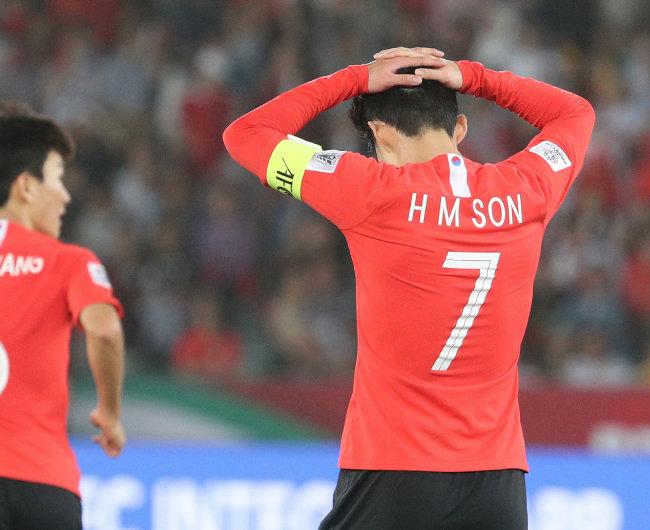 한국 축구대표팀 손흥민이 1월 25일(현지시간) 아랍에미리트연합(UAE) 아부다비 자예드 스포츠 시티 스타디움에서 열린 2019 아시아축구연맹(AFC) 아시안컵 8강 카타르와의 경기에서 득점에 실패 후 아쉬워하고 있다. [뉴스1]