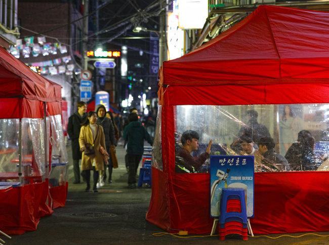 수표동의 오래된 맛집들. 이런 노포들이 사라져갈 위기에 처하자 서울시는 수표 도시환경정비사업을 전면 재검토하기로 했다.