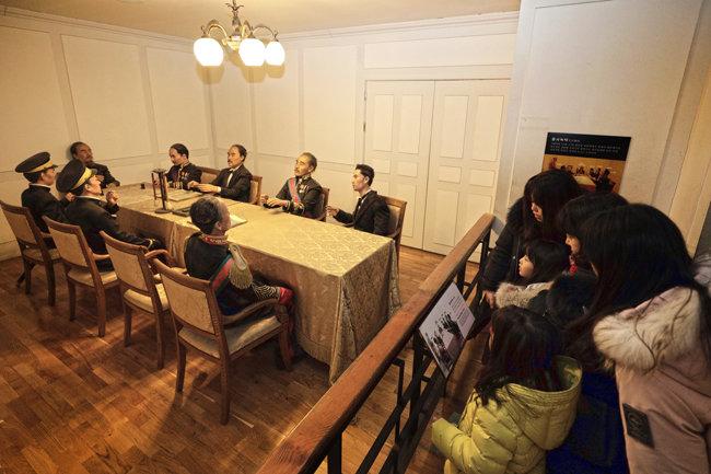대한제국의 외교권이 박탈될 당시의 회의장 모습을 재현한 모형을 어린이들이 바라보고 있다.