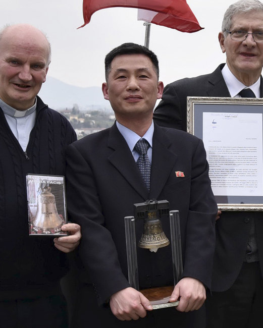 조성길(가운데) 전 이탈리아 주재 북한 대사대리 (동아DB)
