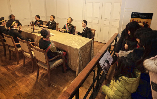 일제는 '을사늑약'을 통해 대한제국의 외교권을 박탈했다. 어린이들이 늑약이 체결된 당시 회의장을 본떠 만든 모형을 바라보고 있다.