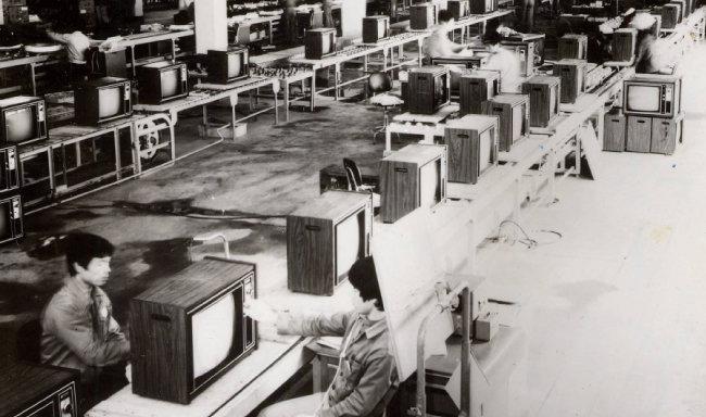 1958년 설립된 금성사 공장 내부. [동아DB]