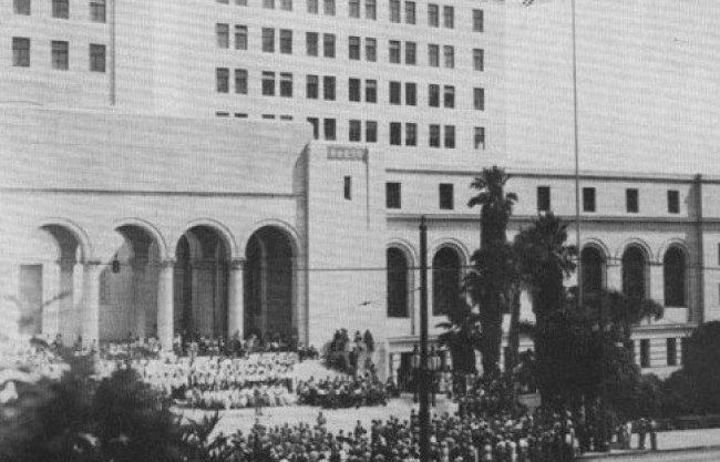 유일한 박사는 1942년 8월 미국 LA시청에 태극기를 게양하는 현기식에 참석했다. [제공·유한양행]