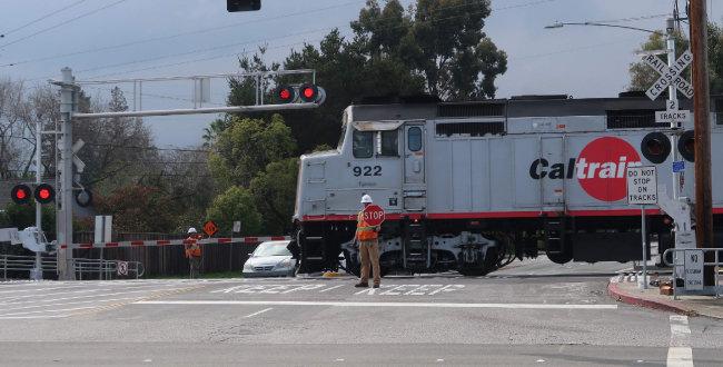 미국 샌프란시스코와 실리콘밸리를 잇는 통근열차 캘트레인(Caltrain). 한동안 미국에서는 이 일대 고교생들이 열차에 뛰어들어 스스로 목숨을 끊는 사고가 이어져 사회문제가 됐다.