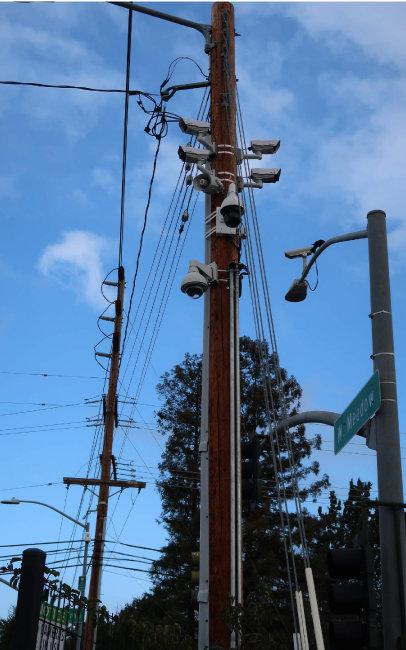팰로앨토시 기찻길 건널목 가로등 기둥 윗부분에 달린 감시카메라.