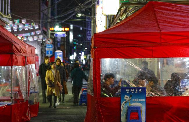 을지로 수표동 내 오래된 맛집들. 최근 서울시는 이러한 노포들이 온라인에서 화제를 모으자 수표도시환경정비사업을 전면 재검토하기로 했다.