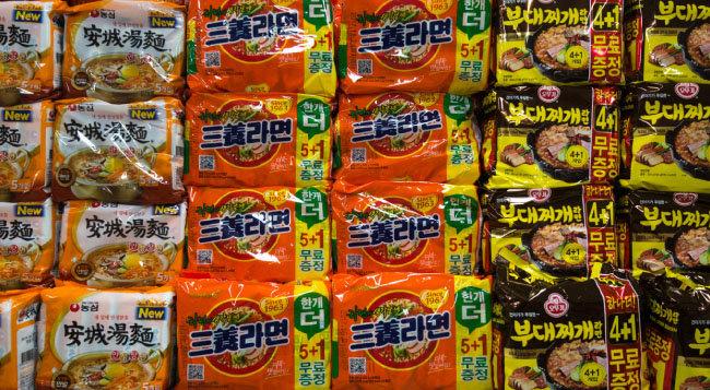 서울 용산구 한 대형마트에 농심, 삼양식품, 오뚜기의 라면 제품(왼쪽부터)이 진열돼 있다.