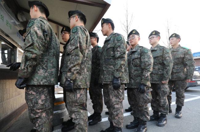 평일 일과가 끝나면 병사가 부대 밖으로 외출할 수 있는 '병사 평일 일과 이후 외출제'가 전국적으로 시행된 2월 1일, 육군 장병들이 외출 차례를 기다리고 있다. [뉴스1]