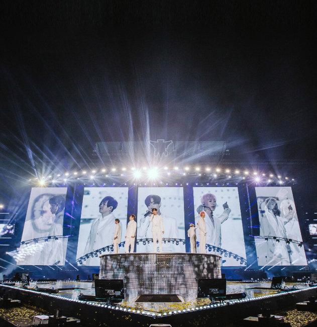1세대 아이돌 H.O.T.가 2018년 10월 13일 서울 송파구 잠실종합운동장 주경기장에서 17년 만에 콘서트를 열었다. [뉴스1]