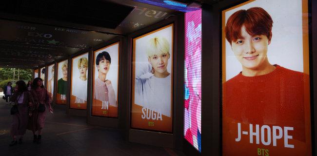 2018년 10월 9일 서울 중구 롯데백화점 본점 스타의 거리에 방탄소년단(BTS) 포스터가 전시돼 있다. [뉴스1]