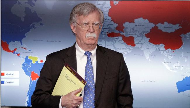 '봉투'를 들고있는 존 볼턴 미국 백악관 국가안보보좌관. [AP]