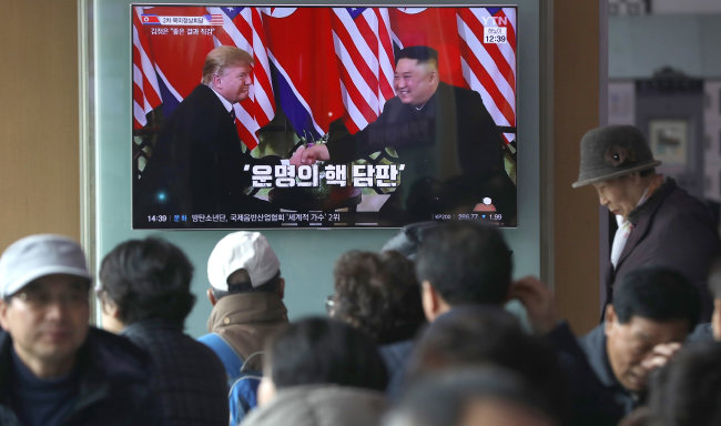 2월 28일 서울역에서 시민들이 TV로 2차 북·미 정상회담을 지켜보고 있다. [송은석 동아일보 기자]