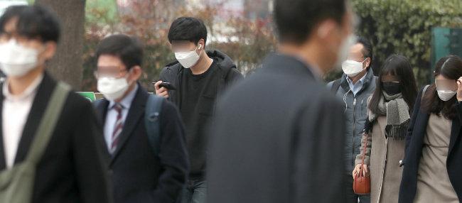 서울에 초미세먼지 경보가 발령된 3월 5일 서울 광화문네거리에서 마스크를 쓴 시민들이 발걸음을 옮기고 있다. 초미세먼지 경보는 PM2.5 150㎍/㎥ 이상이 2시간 넘게 지속될 때 발령된다. [송은석 동아일보 기자]