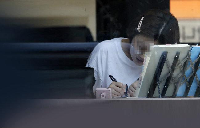 한 취업준비생이 서울 동작구 노량진 학원가 커피숍에서 공부를 하고 있다. [동아일보 양회성 기자]
