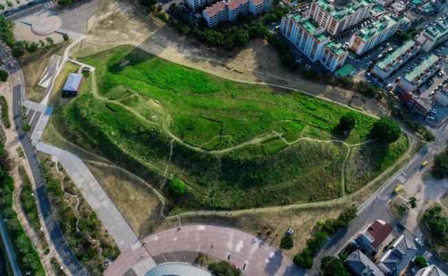 경남 김해시는 가야사 복원 5대 사업에 올해 565억 원을 투입한다고 2월 7일 밝혔다. 사진은 대성동고분군. [김해시 제공]