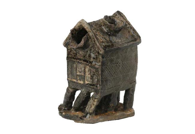 경남 창원시에서 출토된 집 모양 토기. 지금까지 발견된 가야 가형토기 가운데는 가장 이른 시기의 유물로 평가된다. [국립중앙박물관 제공]