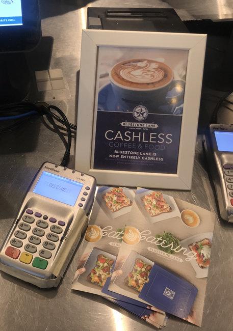 커피숍 블루스톤 레인 매장 곳곳에는 현금을 받지 않는다는 뜻의 'Cashless' 안내문이 붙어 있다.