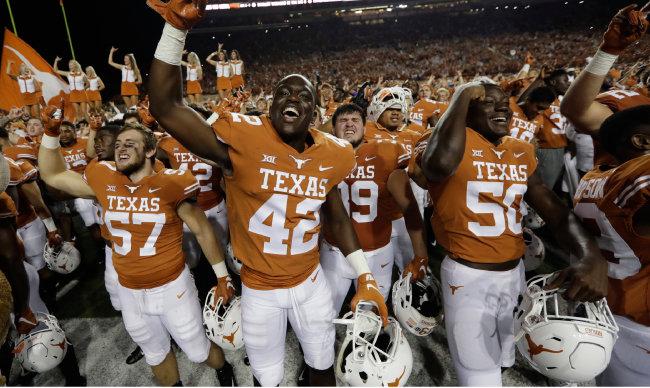 텍사스대 미식축구팀 상징물은 긴 뿔 소다.
