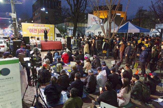 4월 6일 서울 대학로에서 열린 '문재인 퇴진 촛불문화제-이건 나라냐' 집회 모습. [김도균 기자]