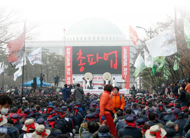 3월 6일 서울 여의도 산업은행 앞에서 전국민주노동조합총연맹 총파업대회가 열리고 있다.  민주노총은 탄력근로제 단위기간 확대 합의안과 최저임금 개편안의 국회 입법 저지를 요구했다. [뉴스1]