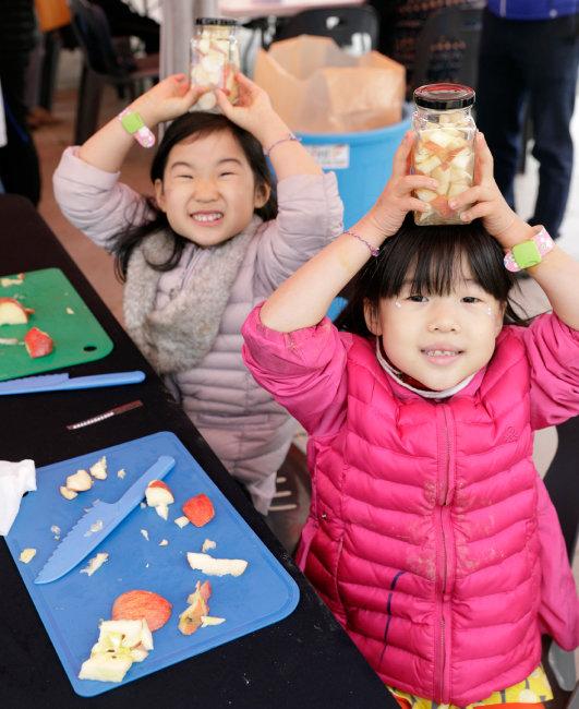 '사과식초 만들기' 체험 중인 아이들.