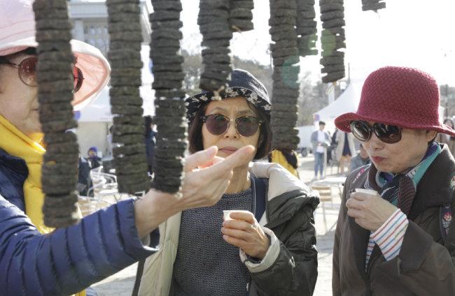 장흥청태전영농조합에서 만든 발효차 '청태전'을 맛보며 구경하는 사람들.