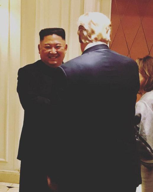 김정은 북한 국무위원장이 2월 28일 베트남 하노이에서 정상회담을 마친 뒤 협상 결렬에도 불구하고 도널드 트럼프 미국 대통령에게 작별 인사를 하며 웃고 있다. [사라 샌더스 백악관 대변인 인스타그램]
