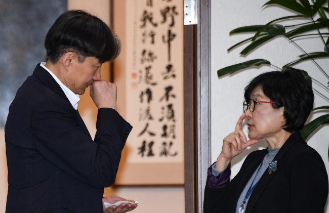 2월 11일 청와대 여민관에서 대화를 나누는 조국 민정수석(왼쪽)과 조현옥 인사수석. [청와대사진기자단]